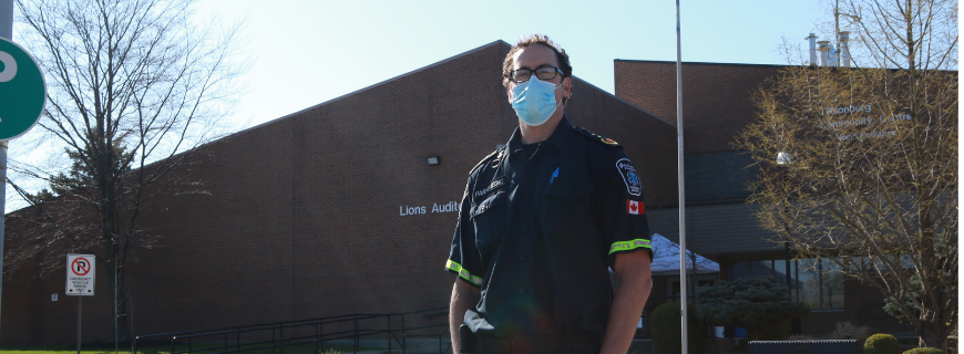 Picture of paramedic in front of vaccination clinic in Tillsonburg